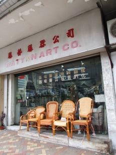 各式籐椅置於店前,展示各種傳統織花